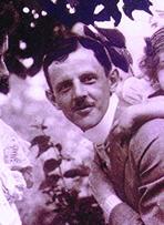 """Zámor Ferenc (1877-1960) gépészmérnök feleségével, Rédey Erzsébettel és Magda leányával Erzsébetfalván (a mai Pestszenterzsébeten) 1910 körül. Publikálva:: Jalsovszky Katalin-Stemlerné Balogh Ilona [szerk.]: Fénnyel írt történelem, Helikon, 2000. A fotó szerepelt a Nemzeti Múzeum """"Fénnyel írt történelem"""" kiállításán is 2000-ben."""