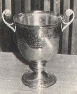 """A Philips gyár a Ferencváros—Hungária mérkőzésekre ajánlotta fel ezt a serleget. Érdekesség, hogy a serlegre szinte az egész kiírás szabályzatát rávésették... """"Kitűzte a Philips rádió és villamossági RT a Ferencváros FC és a Hungária FC között egymásután lejátszandó 3 mérkőzés győztesének. Nyerte a Ferencváros csapata — 1931."""""""