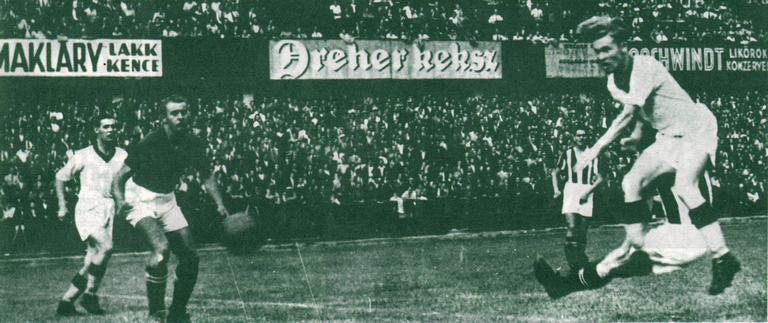 Lakat gólt fejel a DVSC-nek az 1943-as bajnoki mérkőzésen. Balról: Sárosi dr., Nagy, Lakat