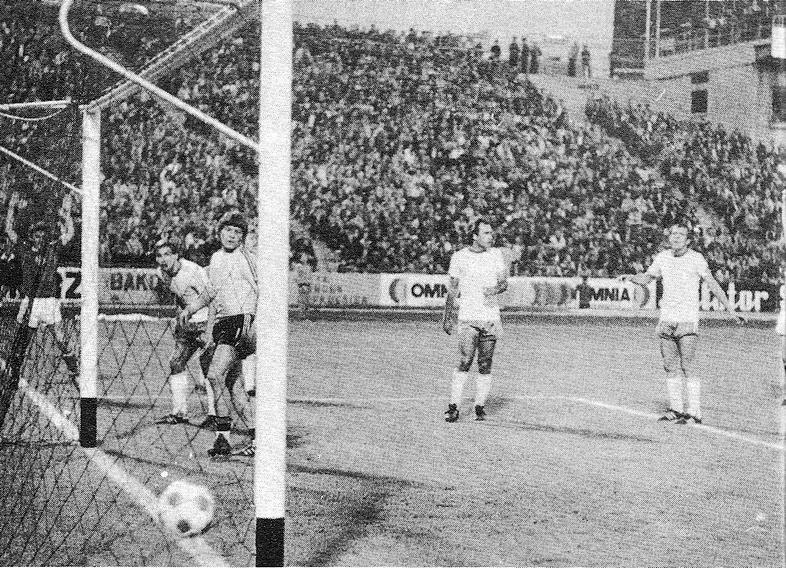 Gólvonal felett a labda . . . Pogány és Szabó már örvend a harmadik gólnak.