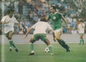 Nyilasi Póczik és Hannich között vezeti a labdát