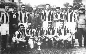 Állnak(balról): Lyka, Háda, Turay, Blum edző, Toldi, Kohut, Papp. Guggolnak: Táncos, Takács II., Sárosi, Lázár, Korányi