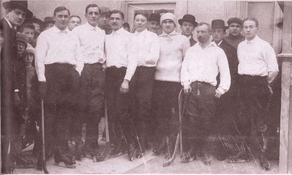 Az első jéglabda csapat - Sapkában a csapat kapusa: Schlosser!
