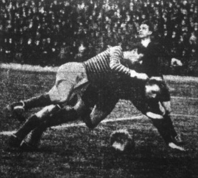 Erdős a labda kiöklözése után összefut Toldival, aki ráesik a kapusra