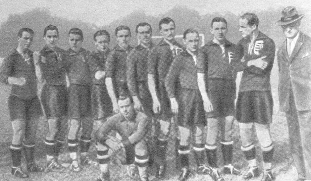 """Az """"egyiptomi csapást"""" elszenvedő csapat (balról): Fogl II., Opata, Hirzer, Jeny, Eisenhoffer, Guttmann, Mándi, Obitz, Braun, Orth, Kiss Gyula szövetségi kapitány. Elől: Biri"""