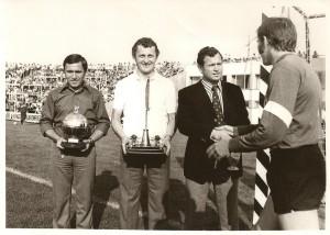 Rákosi, Albert, Novák a Baráti Kör ajándékaival, aki gratulál: Géczi