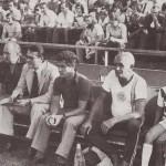 Novák Dezső, mint ferencvárosi edző először a kispadon. Mellette dr. Juhász József, Havasi Mihály, dr. Gyarmati Jenő, Takács József, Hajdú Attila és Hajdú József.