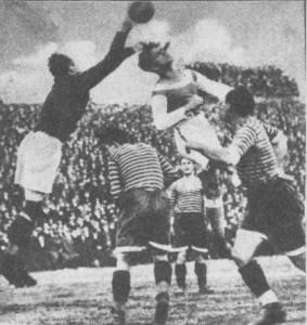 Amsel öklözi el a labdát P. Szabó elől