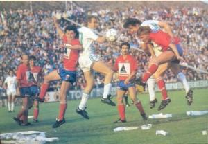 Szabadi, Fischer, Dzurják és Elekes küzd a labdáért