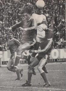Képünkön Mészöly, a mezőny legjobbja Jancsika és Vépi segítségével Szabót akadályozza a fejelésben.
