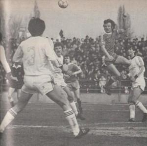 Képünkön (Fejes Tamás felvétele): Szokolai (aki sorrendben hatodik gólját szerezte az őszi idényben) kapura fejel a Volán-védők gyűrűjéből.