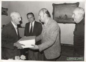 Pataki Mihályt köszönti a Baráti Kör. Z. Horváth Gyula, Pethő Zoltán, dr. Papácsy Ervin 1977 októberében