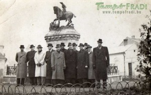 Ferencvárosiak Kolozsvári Márton és György Sárkányölő Szent György szobránál.