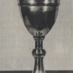 """Ez az 1927-ben megnyert kupa arról nevezetes, hogy ez volt a profi Ferencváros első nagy diadala, trófea nyerése. A három """"nagy"""" (Ferencváros, Hungária, Újpest) a csehszlovák bajnokot a Spartát hívta meg negyediknek a Húsvéti Tornára A körmérkőzések alapján kiírt küzdelemsorozatban, a zöld-fehérek valamennyi ellenfelüket legyőzték: az Újpestet 4-3-ra, a Spartát 3-1-re és a Hungáriát 2-0- ra. Az elmúlt évtizedek alatt a szép ezüstkupa tetejéről a labdarúgó figurát letörték, az 57 cm magas kupát megcsonkították ..."""