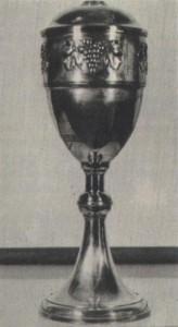 Ez az 1927-ben megnyert kupa arról nevezetes, hogy ez volt a profi Ferencváros első nagy diadala, trófea nyerése. A három nagy (Ferencváros, Hungária, Újpest) a csehszlovák bajnokot a Spartát hívta meg negyediknek a Húsvéti Tornára. A körmérkőzések alapján kiírt küzdelemsorozatban, a zöld-fehérek valamennyi ellenfelüket legyőzték: az Újpestet 4-3-ra, a Spartát 3-1-re és a Hungáriát 2-0-ra. Az elmúlt évtizedek alatt a szép ezüstkupa tetejéről a labdarúgó figurát letörték, az 57 cm magas kupát megcsonkították ...
