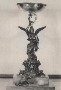 """Umberto Caligaris válogatott olasz labdarúgó egy öregfiúk mérkőzésen a pályán halt meg. Caligaris tiszteletére az olaszok 1957-től évente nagy nemzetközi ifjúsági tornákat rendeznek. A mérkőzéseket általában tavasszal Casale Monferratoban játsszák, a résztvevőket több csoportba osztják. A Fradi ifik 1960-tól kaptak meghívást és több alkalommal kitűnően szerepeltek. Az első tornagyőzelmet az 1963-as csapat vívta ki. Ez azért is nevezetes, mert külföldi csapat ekkor nyert először Caligaris tornát! A Caligaris tornák arról is híresek, hogy szinte """"futószalagon"""" kapják a résztvevők a különféle kupákat. A torna legjei, tiszteletdíjai több klub vitrinjeit díszítik. Az FTC-ben is van már kb. 40 db Caligaris serleg. A fő díj ez a 75 cm magas ezüstözött bronzfigura — ezt csak az a csapat kaphatja amelyik két alkalommal is az első helyen végez. Az FTC 1966-ban ráduplázott korábbi sikereire, így büszkén mutathatjuk fiataljaink Caligaris Trófeáját. Az egyik legnagyobb nemzetközi ifjúsági torna 1977-ben volt 20 éves. Az elmúlt két évtized győztesei: Vicenza (1957), Brescia (1959), Fiorentina (1960), Juventus (1961), Fiorentina (1962), Ferencváros (1963), Dinamo Moszkva (1964), Internazionale (1965), Ferencváros (1966), Fiorentina (1967), Fiorentina (1968), Vicenza (1969), Torino (1970), Torino (1971), Torino (1972), Milan (1973), Blackpool (1974), Internazionale (1975), Juventus (1977)."""