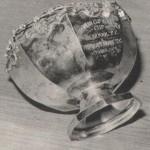 """A Liverpool az 1974-es KEK mérkőzés emlékére adta a Ferencvárosnak ezt az ezüst kelyhet. A kehely ezüst, de az 1-1-es eredmény """"aranyat érő"""" volt, mert csapatunknak a továbbjutást jelentette. A találkozón egyébként két kiváló egyéni teljesítményt láthattak a liverpooli nézők. Géczi a legnehezebb helyzetekben is sorra tisztázott, szinte mindent védett! A találkozó egyenlítő gólját Máté a 91. percben szerezte: több szép csel után """"profi gólt""""' rúgott. A BBC angol televízió 8 milliós nézőközönsége Máté gólját választotta a """"hónap legszebb góljának"""". Ennek a közvéleménykutatásnak az eredményét hónapról hónapra kihirdetik Londonban. Nem jár ugyan ezzel semmiféle jutalom, de a dicsőség is értékes. Különösen az volt ez a gól, mivel a Ferencvárost továbbjuttatta."""