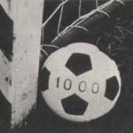 """Egy egyszerű labda. A fradistáknak mégis nevezetes emlék, archívumunknak nagyon becses tárgyi emléke. Az FTC 1000. nemzetközi mérkőzését ezzel a labdával játszotta, de csak egy félidőn át! A második játékrészben """"használt"""" futtball Dalnoki Jenő edzőnk híres gyűjteményét gazdagítja. Még egy 1000-es labdára is szert tettünk. Az FTC 1000. Üllői úti mérkőzésére, a Békéscsaba elleni találkozóra is számokkal ellátott labdával állt ki csapatunk. Pozsonyi Lajos fényképészünk bravúros felvételén játék közben is jól látható a labdán az 1000-es szám."""