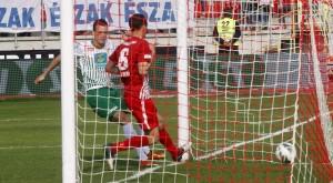 A ferencvárosi Julian Jenner (b) gólt lõ a labdarúgó OTP Bank Liga 24. fordulójában játszott Diósgyõri VTK - Ferencváros mérkõzésen a miskolci DVTK Stadionban 2013. április 21-én. A mérkõzés eredménye 2-2. MTI Fotó: Vajda János