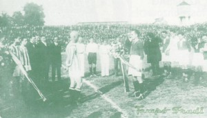A stadionavatón Blum Zoltán az FTC kapitánya lila fehér csokrot nyújt át Fogl Károlynak az UTE kapitányának