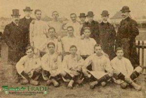 Képünkön a csapat abban az összeállításban látható, melyben november 27-iki utolsó matchükön a B. T. C. II ellen játszott. Középen áll Dobronyi Béla kapus, jobb oldalán Hahn Vilmos és baloldalán Goetzl Miksa hátvédek, a középső sorban előttük jobbról Láng Ferencz, Horn Lajos (kapitány) és Weinber János fedezetek, az első sorban pedig nekik jobbról kezdve Stefán Ferencz, Braun Rezső, Korody Károly, Kovácsik Endre és Ecker Nándor csatárok. A csapat jobboldalán látható dr. Schneider Béla ügyvéd, a club titkára, a baloldalon Horváth Ferencz a club football kapitánya.