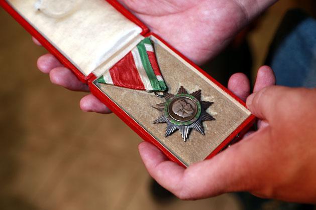 Érmei, kitüntetései közül csak az alsót nem tarthatta a kezében Tóth István, a Magyar Szabadság Érdemrend ezüst fokozatát ugyanis posztumusz ítélték oda neki