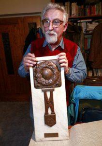 Több mint ötkilós márványplakettet tart Tóth-Potya unokája. Az adományozó az MLSZ volt 1922-ben