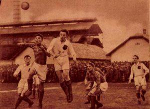 Ferencváros—Kispest 5:1 (4 :1). Korner a Kispest ellen. Turai és Dudás fejharca a labdáért. (Schaffer felv.)