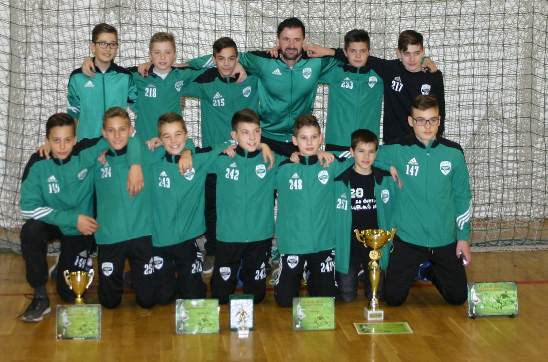 Az Illés Akadémia U13-as csapata (képünkön) nyerte a IV. alkalommal  megrendezett Novák Dezső Utánpótlás Tornát Tapolcán. A szombathelyiek a  döntőben 2-1-re ... 0219627089
